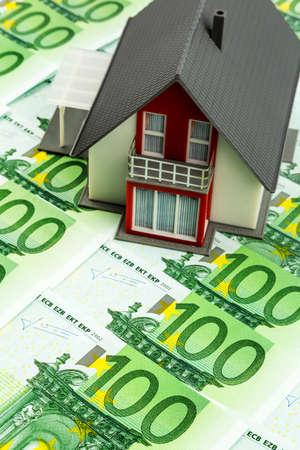 single familiy: casa en billetes de banco, fotograf�a simb�lica para la compra de vivienda, financiaci�n, construcci�n de la sociedad