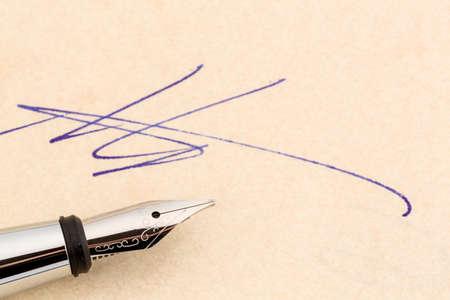 testament schreiben: ein Vertrag oder Dokument muss von Hand mit einem Füllfederhalter zu unterzeichnen.