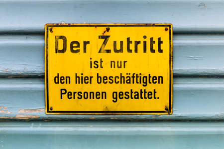 arbeitsrecht: the access to a building is only employed persons allowed.