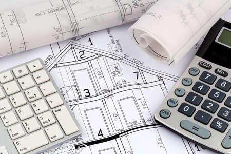 single familiy: proyecto de un arquitecto con una calculadora. Foto simb�lica para la financiaci�n y la planificaci�n de un nuevo hogar.