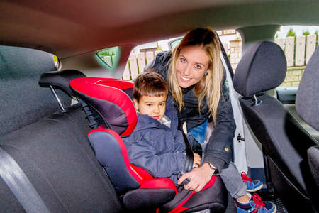 車の座席、保護、ケア、車両の安全性の象徴の少年