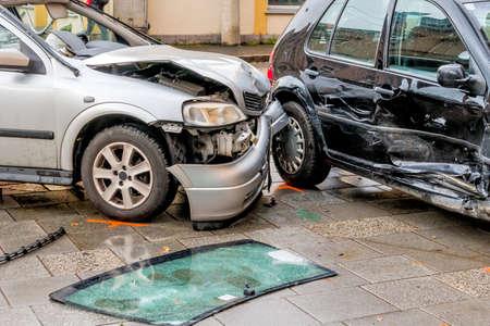 Schade aan de carrosserie van de auto's, het symbool van het ongeval, de sloop, verzekeringen Stockfoto - 35525563