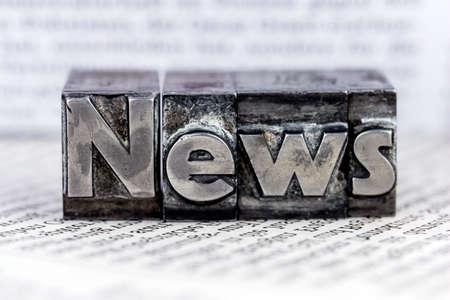 het woord nieuws geschreven met loden letters.