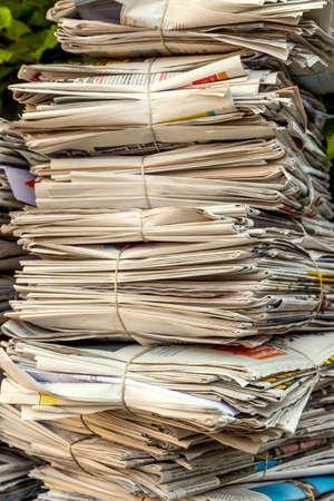 oude krant: een stapel oude kranten in afwachting van verwijdering door de oud papier verwijderen Stockfoto
