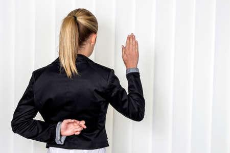 女性は、訴訟で裁判所に証人として言います。虚偽の陳述の象徴的な写真 写真素材