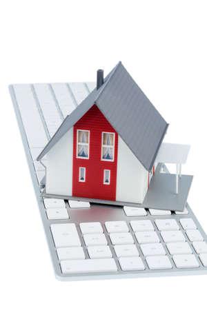 single familiy: casa en la foto s�mbolo del teclado para adquisici�n de vivienda y alquiler en la internet
