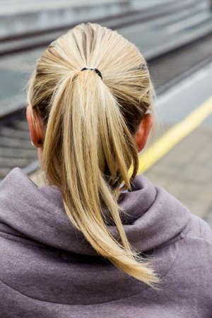 mujer de espaldas: retrato de una mujer joven pensativa por detr�s Foto de archivo