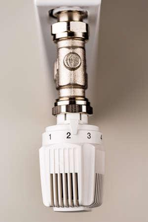 ordenanza: el radiador se volvi� ligeramente hacia arriba. temperatura ambiente baja reduce los costos de calefacci�n Foto de archivo