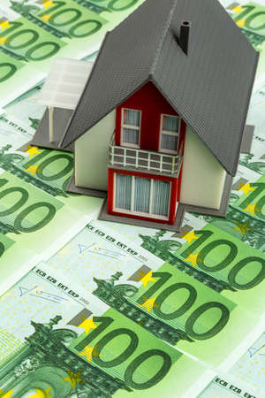 single familiy: house on banknotes, symbolic photograph for home purchase, financing, building society Stock Photo