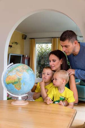 planificación familiar: una familia que se sienta en un globo y está planeando un viaje a la fiesta