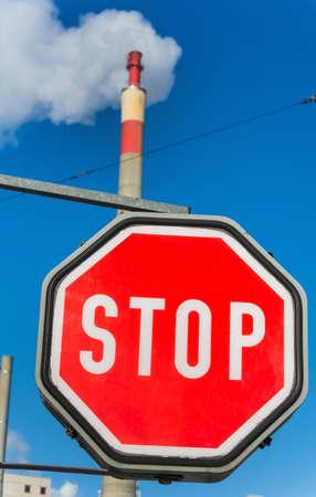 ózon: kémény egy ipari cég és stoptábla. szimbolikus fotó környezetvédelem és az ózon. Stock fotó