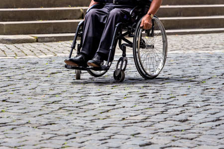 discriminacion: suiza, zurich, hombre en un símbolo de la silla de ruedas de la discapacidad, discapacidad, cuidado de la salud