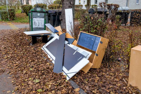 déchets encombrants dans la rue, symbole de déplacement, les ordures, la société jetable