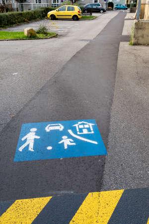 despacio: carretera de asfalto marcando juego, símbolo del tráfico por carretera, los niños, la cautela Foto de archivo