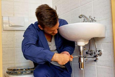 fontanero: un fontanero (insatallateur) en el trabajo