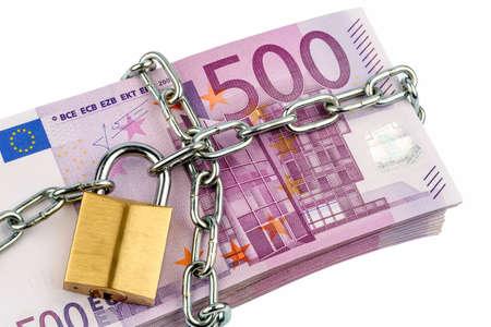 clavados: billetes en euros con cadena y candado. icono de la foto para la seguridad y la inflación. Foto de archivo