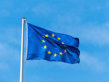 바람에 날리는 유럽 연합 국기입니다. 유럽 플래그