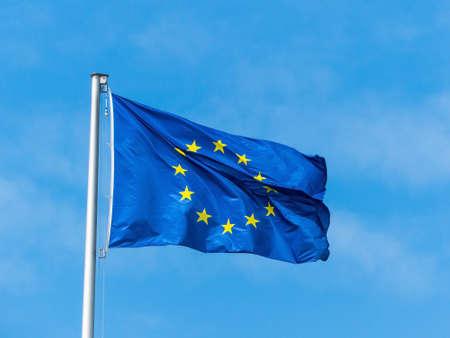de europese unie vlag waait in de wind. EU-vlag