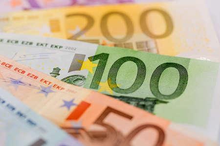 banconote euro: molte diverse fatture in euro. icona della foto per la ricchezza e gli investimenti.