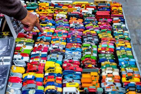 carritos de juguete: muchos coches de juguete de colores, un símbolo de la afición de la niñez, la recogida