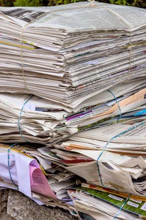 reciclaje de papel: una pila de periódicos viejos en espera de la eliminación por la eliminación de residuos de papel