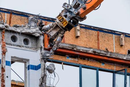 1 つ古い事務所ビルは新しい建物のための方法を作るために破壊されます。