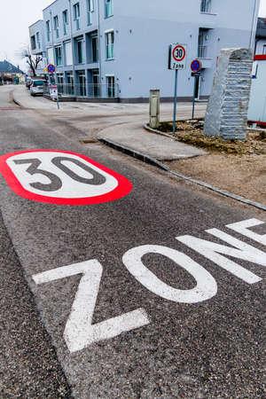 introduced: se introdujo para calmar el tr�fico un geschwindikeitsbegrenzung. Zona de 30 kil�metros por hora en el tr�fico urbano