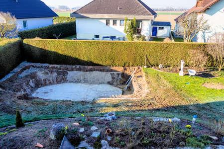Op een privé zwembad bouw wordt ontmanteld door een graafmachine Stockfoto - 37857724