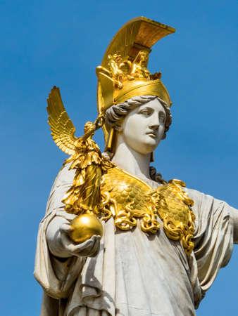 diosa griega: Parlamento en Viena, Austria. con la estatua de Palas Atenea de la diosa griega de la sabiduría.