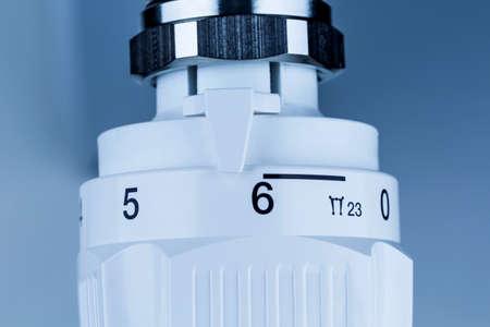ordenanza: el termostato del radiador está alto. alta temperatura ambiente causan altos costos de energía
