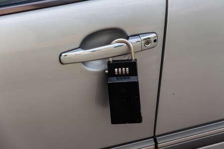 robo de autos: puerta del coche con el icono de candado para protección contra el robo, la seguridad, la protección