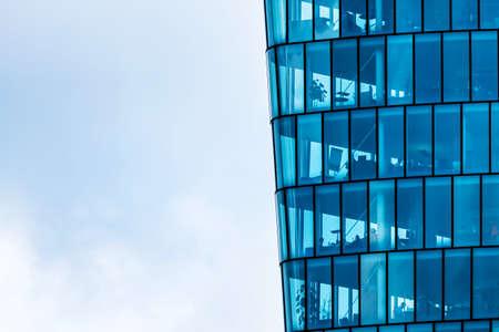 de ramen van een modern gebouw voor kantoren Stockfoto