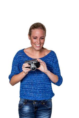joie: eine junge Frau mit einer alten Kamera. Kameras im Retro-Look wieder.