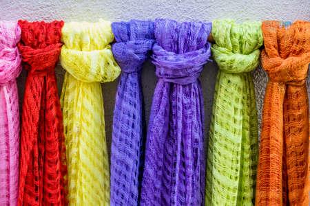 bufandas: pa�uelos de colores a la venta, s�mbolo de la tela, variaci�n, intervalo Foto de archivo
