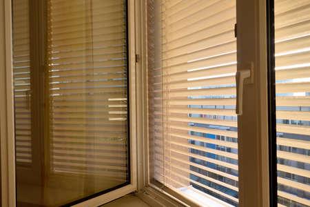 暑さと太陽から保護するためのブラインドは、ウィンドウにアタッチされます。 写真素材