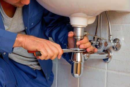 un plombier à l'?uvre dans une salle de bains
