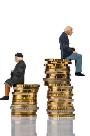 gepensioneerden en gepensioneerde vergadering over geld stapel symbool foto voor pensioen en ongelijkheid Stockfoto