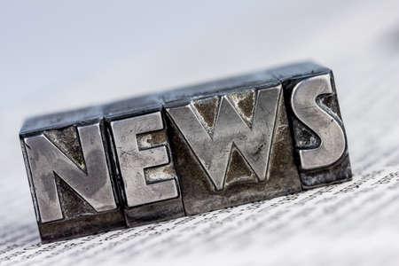 het woord nieuws geschreven met lood letters. foto icoon voor nieuwsbrieven, kranten en informatie
