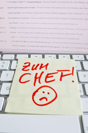 vacate: a memo is on the keyboard of a computer as a reminder for chief