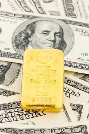 gold standard: gold bullion on dollar bills, symbolic photo for gold reserves, foreign exchange rates, investment, security Stock Photo