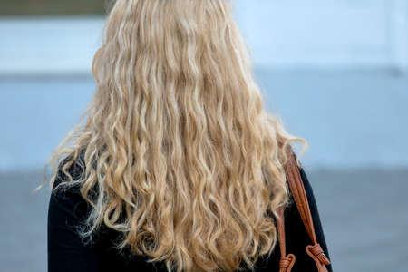 f�minit�: femme avec de longs cheveux blonds, un symbole de la f�minit�, de l'anonymat Banque d'images