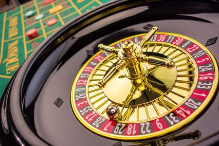 de cilinder van een roulette gokken in een casino. winnen of verliezen wordt bepaald door het toeval. Stockfoto