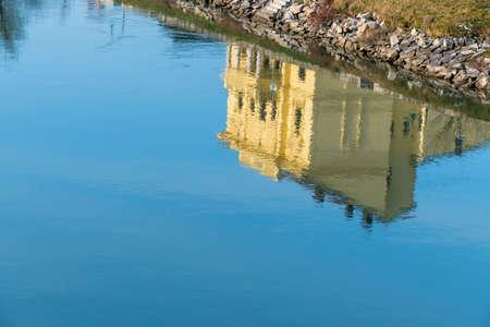 single familiy: edificio refleja en el agua, s�mbolo de paz, id�lico, la meditaci�n
