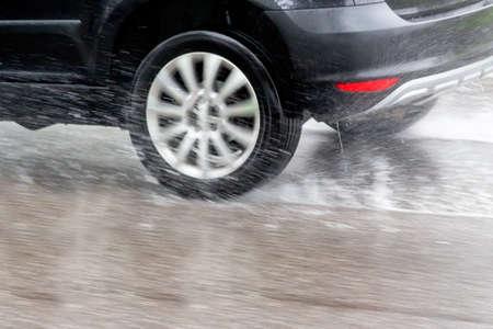 자동차 젖은 도로에서 빗속에서 운전. 아쿠아 계획 및 사고의 위험