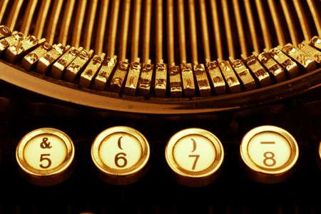 illiteracy: teclas de una vieja m�quina de escribir. foto simb�lica para la comunicaci�n en tiempos pasados