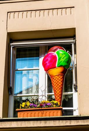 leis: pubblicit� per waffeleis fuori dalla finestra, icona per la ristorazione, gelateria, pubblicit�