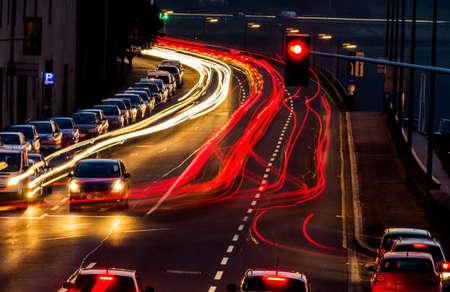 ruido: tráfico en la ciudad por la noche, símbolo de tráfico, la congestión, la contaminación del aire