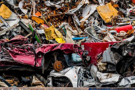 oude auto's werden gesloopt in een afvalpers. schroot en slooppremie voor autowrakken