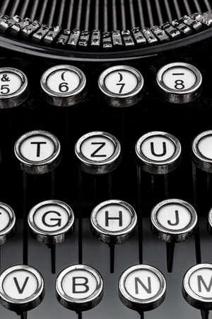illiteracy: un viejo teclado de m�quina de escribir. foto simb�lica para la comunicaci�n en tiempos pasados