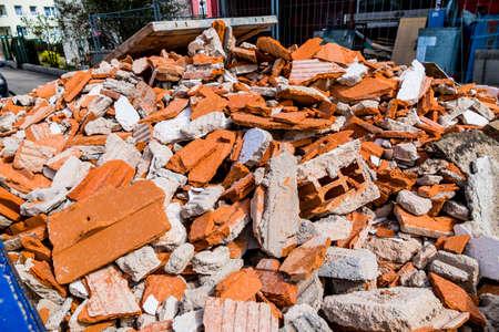 bouwpuin op een bouwplaats tijdens renovatiewerkzaamheden in een container. huis wordt gerenoveerd. Stockfoto
